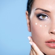 Уход за кожей вокруг глаз и за губами